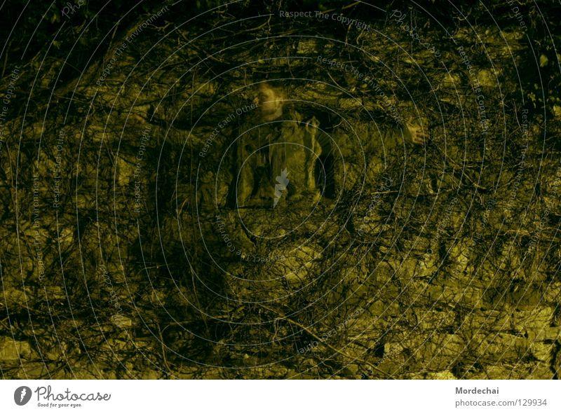 Gefangenschaft gefangen Mauer unheimlich dunkel Langzeitbelichtung beerdigen hilflos Trauer Verzweiflung Geister u. Gespenster duchsichtig Einsamkeit