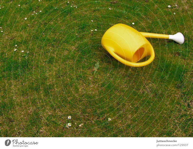 Kann die Kanne...? II Wasser alt Blume grün gelb Arbeit & Erwerbstätigkeit Gras Frühling Garten leer liegen Freizeit & Hobby Statue Kunststoff Handwerk Griff