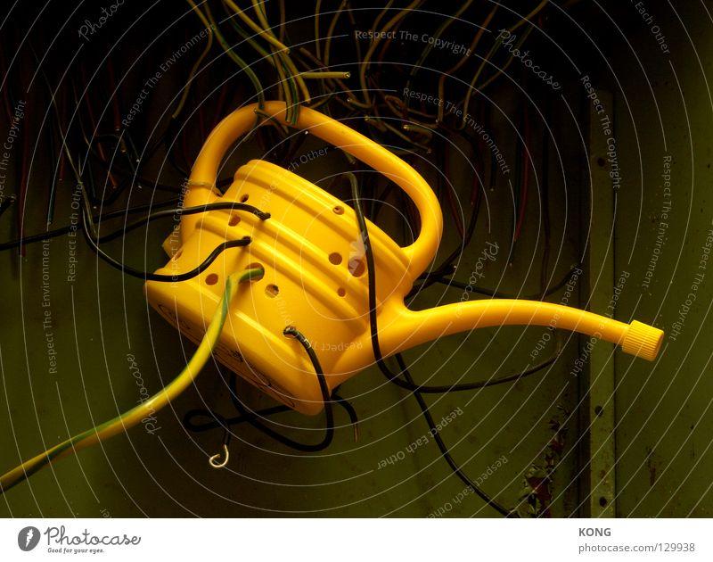 cheesy electrican Kannen Gießkanne gelb elektrisch Draht Loch Elektrizität hängen gefangen angeschlossen online Handwerk Kommunizieren gießen Gefäße verwanzt