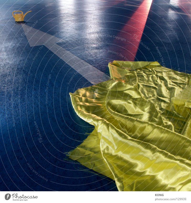 hier gelb, da kanne. Farbe Beton Bodenbelag Asphalt Stoff Richtung Hinweisschild Verkehrswege Anzeige gießen Tuch zeigen Gefäße Textilien Bettlaken