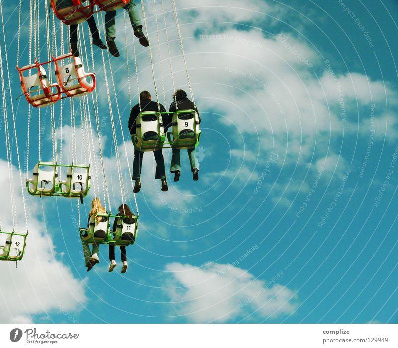 Karussell Blick Freude Glück Freizeit & Hobby Sommer Feste & Feiern Oktoberfest Jahrmarkt Seil Luftverkehr Mensch Frau Erwachsene Mann Show Wolken Wind Platz