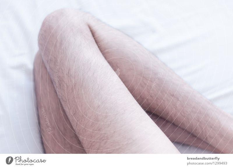 Beine Mensch Mann nackt Erwachsene hell liegen maskulin Behaarung authentisch schlafen Bett dünn Schlafzimmer