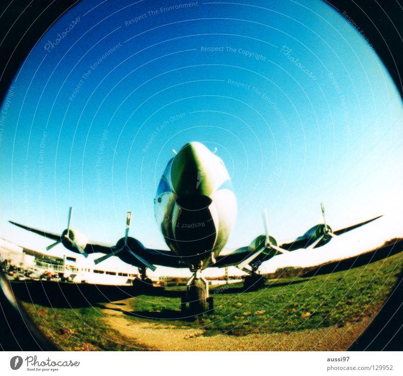 BLINDED BY THE FLIGHT Flugzeug Kapitän Triebwerke Tragfläche Flugzeugstart Fischauge rund Lomografie Luftverkehr Düsenflugzeug Flugzeuglandung Himmel Kerosin