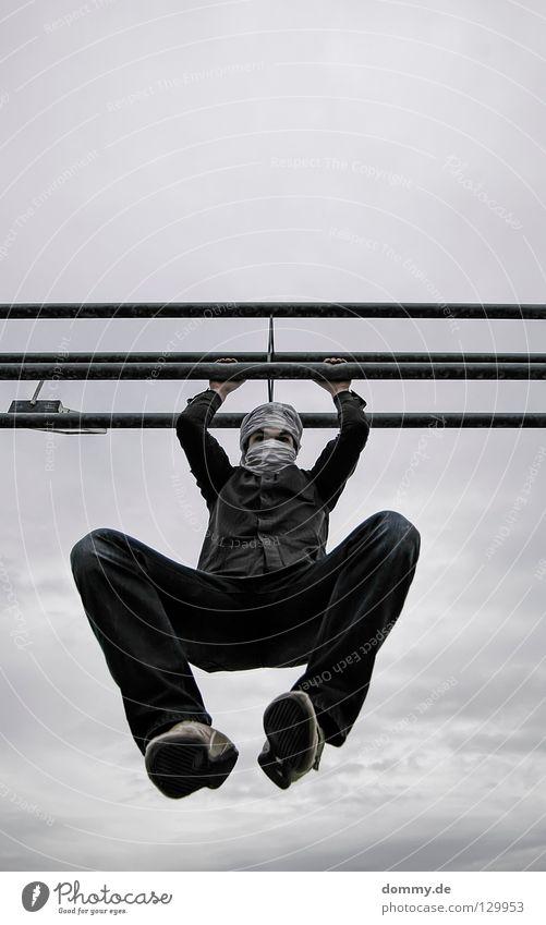 klammeraffe Mann Kerl Hose Hemd Stab Turban Schuhe Turnschuh hängen Wolken dunkel Spielen turbano Flügel Erholung festhalten vermummen unklar Freude