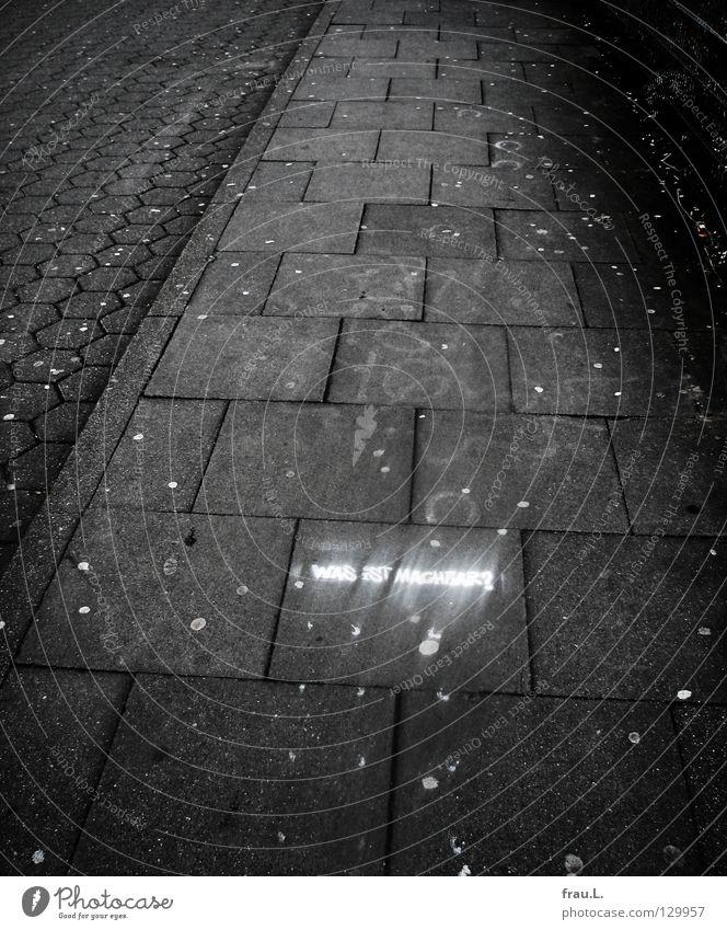 Was ist machbar? weiß Farbe Wege & Pfade Graffiti Schriftzeichen Buchstaben schreiben Bürgersteig Verkehrswege Typographie Fragen Pflastersteine Text Wandmalereien gesprüht