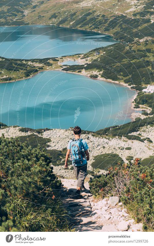 Junge, der hinunter die Berge geht Natur Jugendliche Sommer Landschaft Berge u. Gebirge natürlich Freiheit See wandern 13-18 Jahre Ausflug Abenteuer