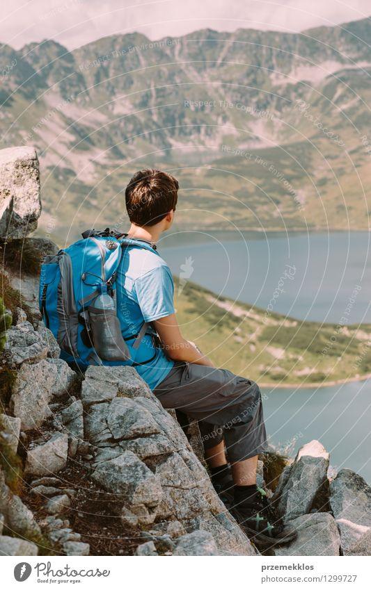 Junge, der auf Felsen stillsteht und die Berge betrachtet Mensch Natur Ferien & Urlaub & Reisen Jugendliche schön Sommer Landschaft Freude Berge u. Gebirge