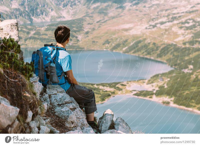 Jugendlicher, der auf Felsen stillsteht und die Berge betrachtet Mensch Natur Ferien & Urlaub & Reisen schön Sommer Landschaft Junger Mann Freude