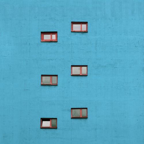 Karriereleiter Görlitz Sachsen Deutschland Hochhaus Bauwerk Gebäude Verwaltungsgebäude Treppenhaus aufeinander versetzt Ordnung Mauer Wand Fassade Fenster Beton