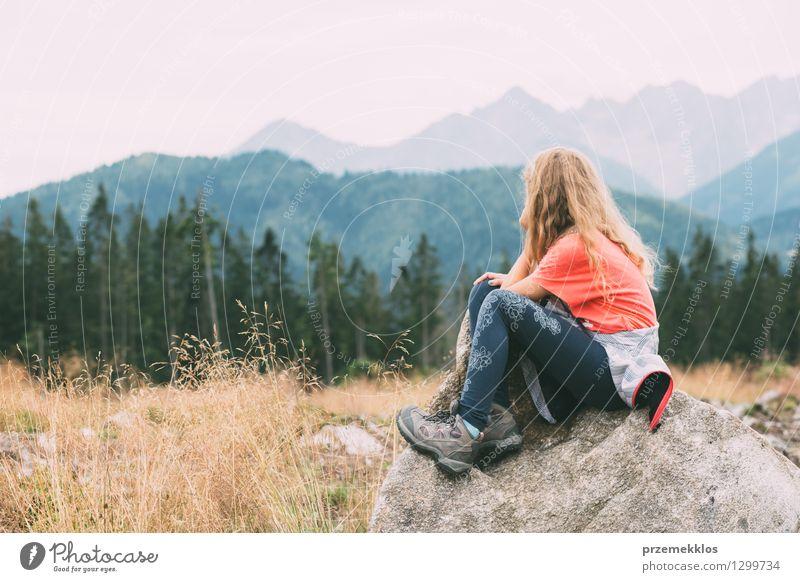 Mädchen ist in den Bergen geistreich Mensch Kind Natur Ferien & Urlaub & Reisen Sommer Landschaft Freude Wald Berge u. Gebirge Gras Stein Felsen wandern