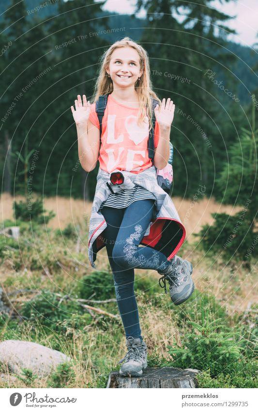 Spielerisches Mädchen, das auf einem Baumstamm aufwirft Sommer Sommerurlaub Kind 8-13 Jahre Kindheit Natur Lächeln spielerisch Körperhaltung Farbfoto