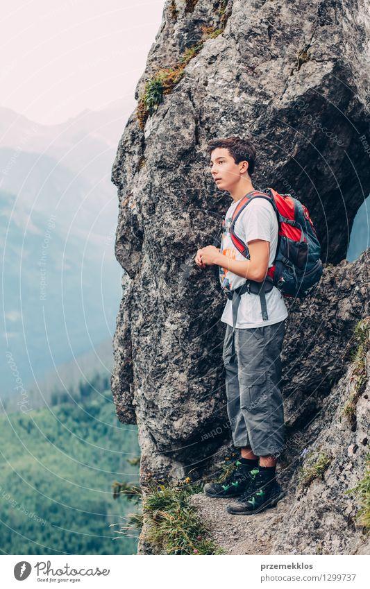 Junge, der auf den Felsen in den Bergen steht Mensch Kind Natur Ferien & Urlaub & Reisen Jugendliche Sommer Freude Berge u. Gebirge wandern 13-18 Jahre Ausflug