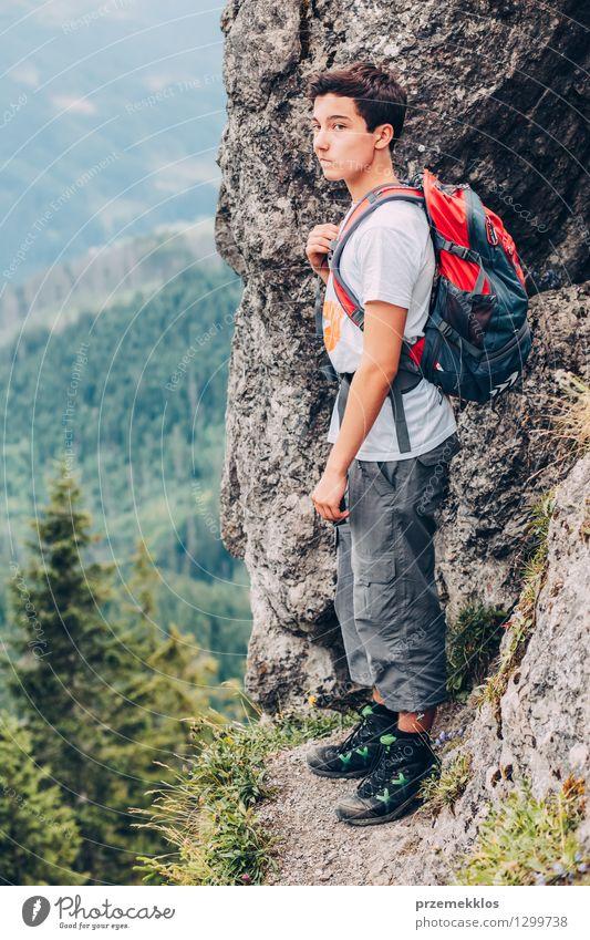 Junge, der auf den Felsen in den Bergen steht Kind Natur Ferien & Urlaub & Reisen Jugendliche Sommer Landschaft Junger Mann Freude Berge u. Gebirge wandern