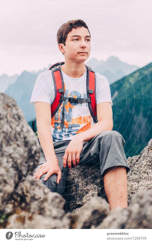 Junge, der auf dem Felsen in den Bergen sitzt Mensch Kind Natur Ferien & Urlaub & Reisen Jugendliche Sommer Berge u. Gebirge wandern 13-18 Jahre Abenteuer