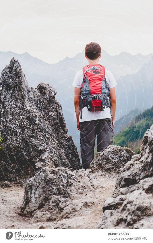 Junge, der auf den Felsen in den Bergen steht Mensch Kind Natur Ferien & Urlaub & Reisen Jugendliche Sommer Berge u. Gebirge wild wandern 13-18 Jahre