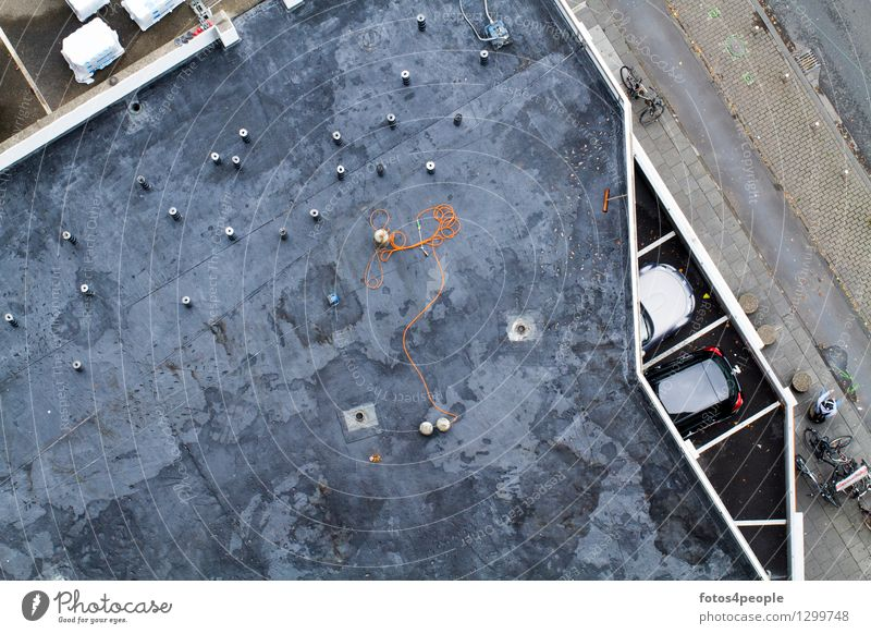 Dark World Werkzeug Platz Parkhaus Architektur Dach PKW dunkel eckig Stadt grau schwarz Höhenangst bizarr skurril Surrealismus Bodenbelag Schweißgerät Fleck