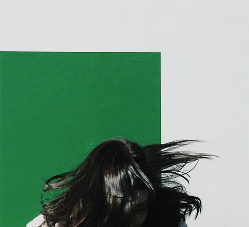 KREISELSPIELE Frau Swing grün weiß Wand Spielen Kreisel kreisen rocken Stil flippig durchdrehen toben Angst Kopfschütteln schwarz unsichtbar Lebensfreude Freude