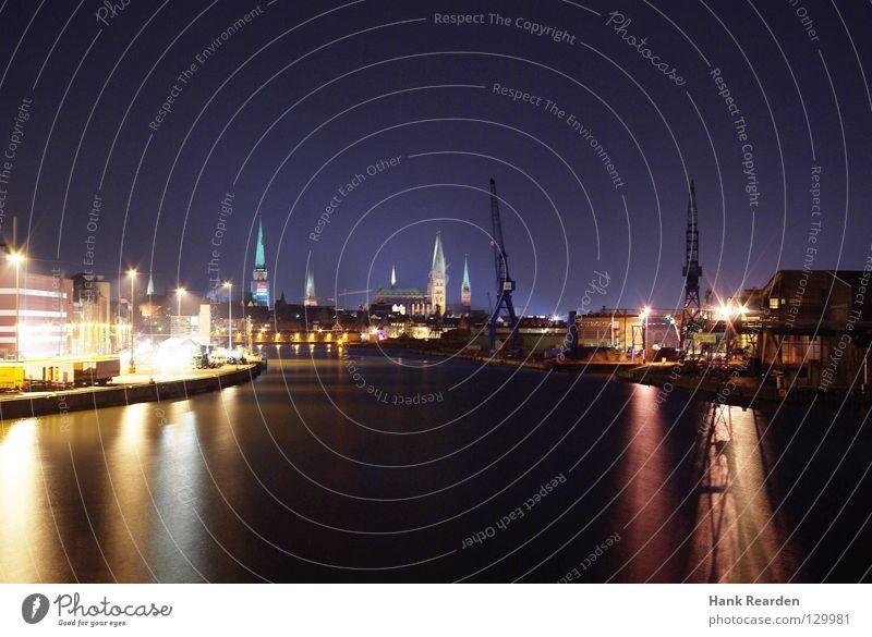Nordlichter Nacht dunkel Lübeck Trave Heimat Außenaufnahme Nachtaufnahme Licht Langzeitbelichtung Kran Hafen historisch Wasser Reflexion & Spiegelung