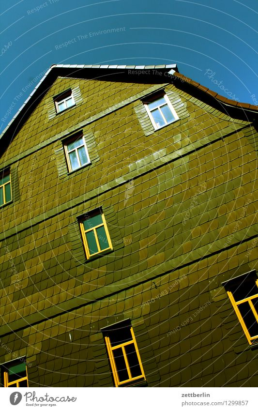 Fassade Haus Wohnhaus Etage Fenster Schiefer Hessen Deutschland Vorderseite Fensterfront Dach Dachgiebel Einfamilienhaus Landwirt Bauernhof Sommer Licht