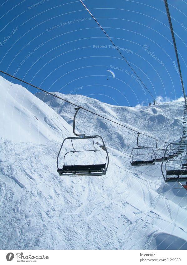 Hoch da oben... Himmel weiß schön Winter kalt Schnee leer Frankreich Blauer Himmel Winterurlaub Skipiste himmelblau Schneebedeckte Gipfel Sesselbahn Wolkenloser Himmel Skigebiet