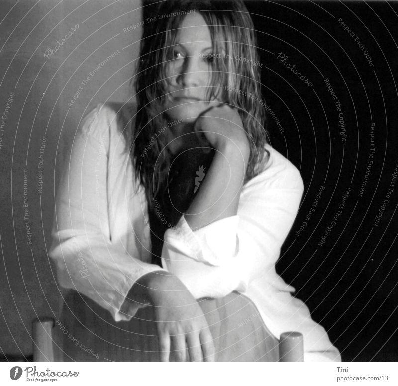 SitandWait Frau schwarz weiß nass Bluse Mensch Schwarzweißfoto Stuhl sitzen