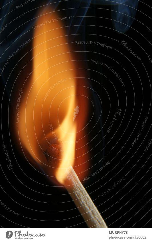 Feuer frei oder heiss ....... ganz heiss......... rot schwarz Holz Wärme orange Brand gefährlich Physik Vergänglichkeit heiß Rauch brennen Flamme Streichholz