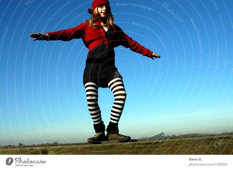 crazy Grazie Kind Himmel Jugendliche blau rot Mädchen Freude schwarz Landschaft Spielen Holz Beine Zufriedenheit frisch ästhetisch verrückt