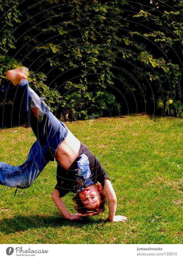 Jabbadabbaduuuuuuuuuu!!! Kind Freude Wiese lustig Junge Gesundheit Spielen Garten Aktion Fröhlichkeit Rasen sportlich Turnen toben wach Handstand