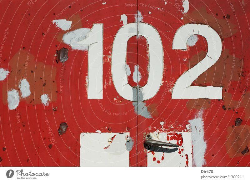 Nummernbild alt weiß rot schwarz grau Metall dreckig Technik & Technologie retro Schönes Wetter kaputt Zeichen Schutz Ziffern & Zahlen Verfall Fleck