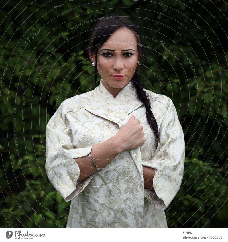 Nastya feminin Frau Erwachsene 1 Mensch Park Jacke schwarzhaarig langhaarig Zopf beobachten Blick stehen warten schön selbstbewußt Coolness Kraft Willensstärke