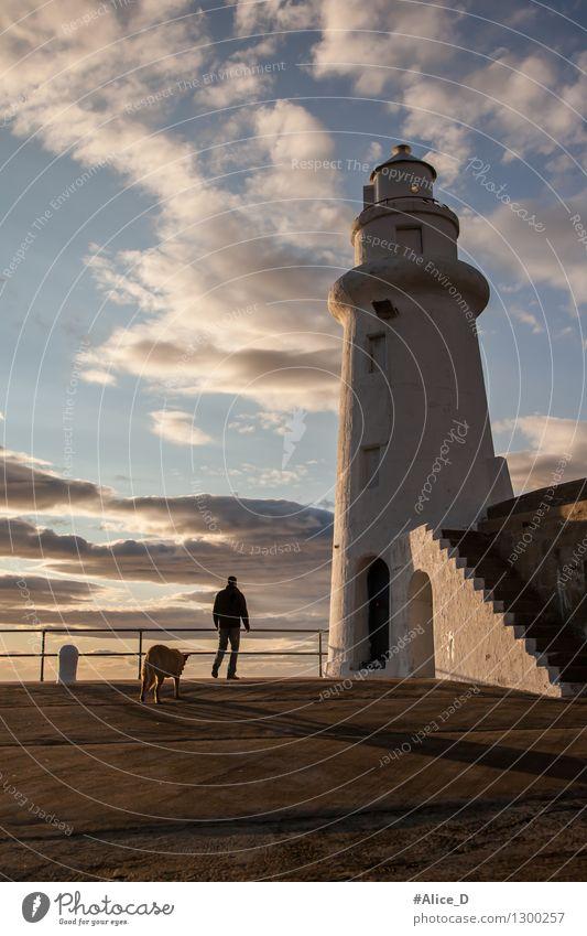 Der Leuchtfeuerwärter Macduff Schottland Mensch Hund Himmel Mann blau weiß Einsamkeit Tier Erwachsene Architektur braun gehen Horizont orange maskulin gold