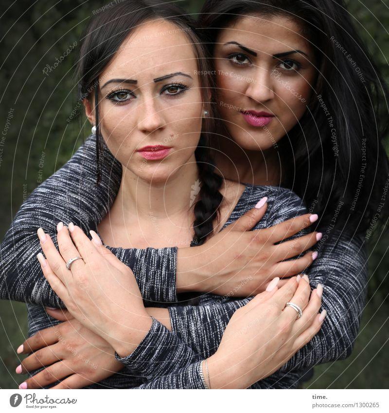 Nastya und Estila feminin Frau Erwachsene Hand 2 Mensch Pullover Schmuck schwarzhaarig langhaarig Zopf beobachten Denken Blick Umarmen warten Neugier schön