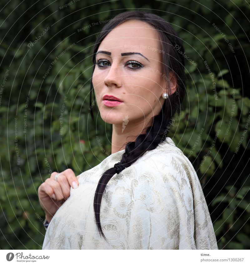Nastya Mensch schön feminin Denken Park warten beobachten Coolness Schutz Sicherheit Konzentration Wachsamkeit Jacke Schmuck langhaarig Kontrolle