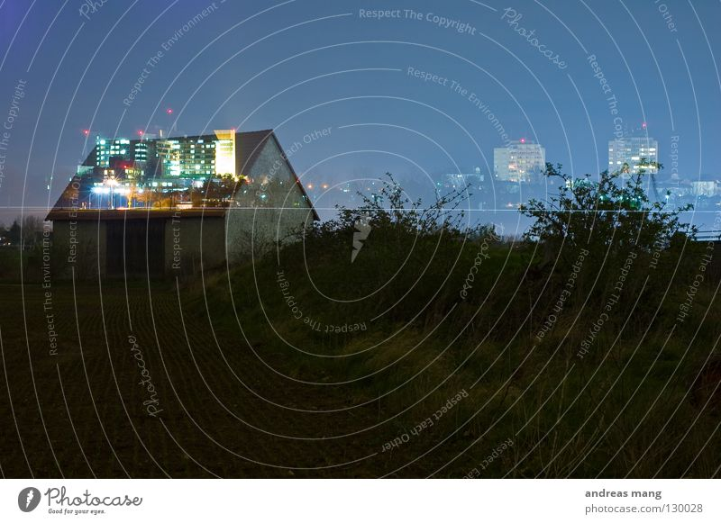 Geisterstadt Himmel alt blau Haus dunkel Gras Lampe hell Feld Sträucher Dach Skyline Tor Doppelbelichtung Scheune