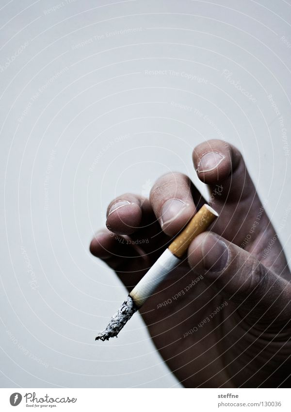verqualmt Mensch Hand Finger Rauchen Gastronomie Zigarette Geruch ungesund Brandasche Aschenbecher Lunge schädlich Übelriechend Rauchen verboten