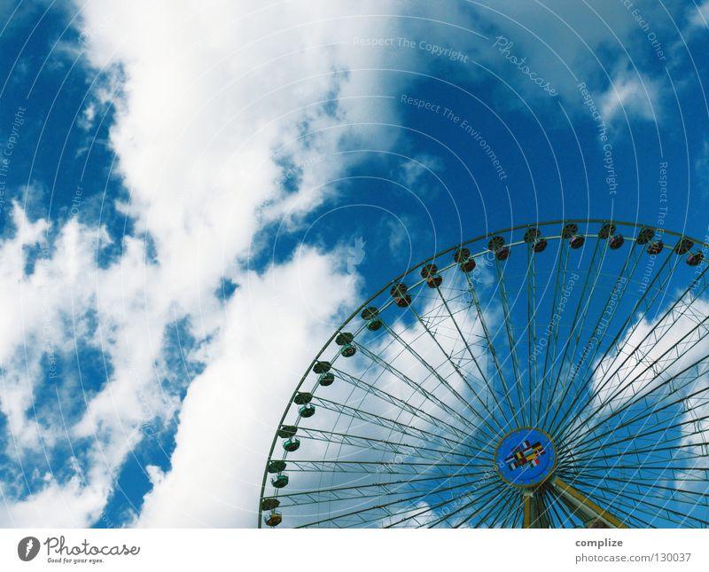 Radl Sommer Freude Wolken oben Feste & Feiern hoch Platz Seil Luftverkehr rund fahren Show Aussicht Jahrmarkt Kette Sitzgelegenheit