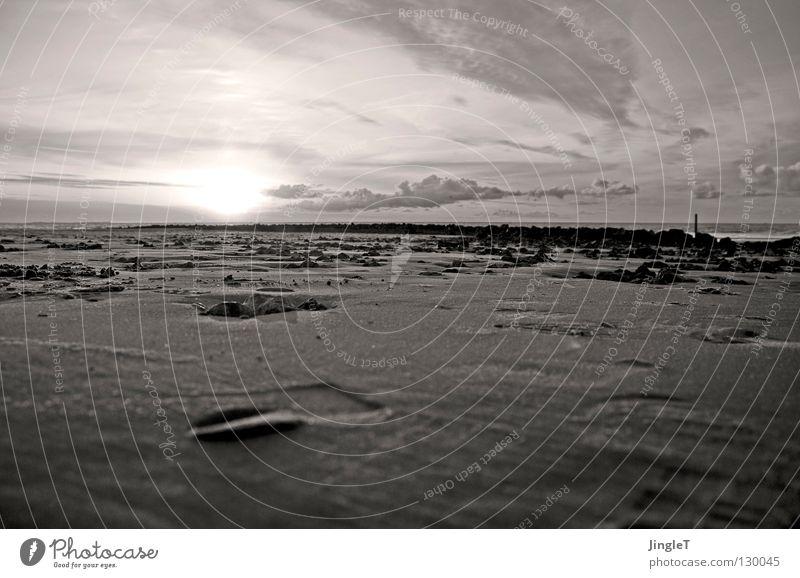 Am Strand Wasser Himmel Sonne Meer Ferien & Urlaub & Reisen Wolken Einsamkeit Ferne Erholung Bewegung Stein Sand Wellen Küste Spuren