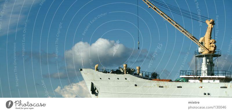 Blick nach vorn Wasser Himmel blau Sommer ruhig Wolken grau Wasserfahrzeug Hoffnung Zukunft Hafen Anlegestelle Schifffahrt Kran Anker Schiffsbug