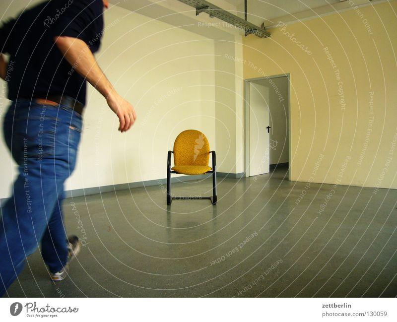 Selbstauslöser Mensch Mann Wand Raum planen Arme Tür laufen Geschwindigkeit leer Platz offen Stuhl Bodenbelag Ziel Möbel