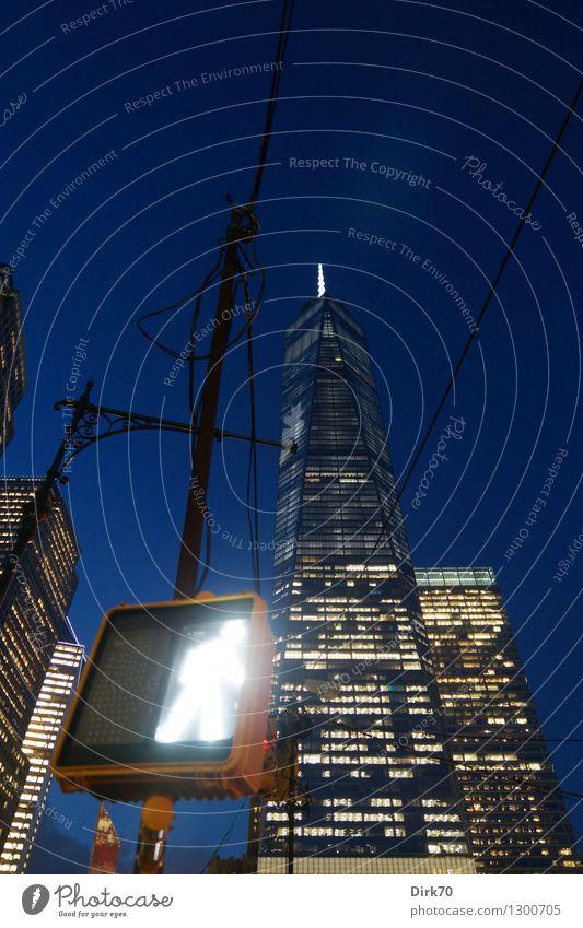 Und nun los! Sommer gehen Business Fassade glänzend leuchten Verkehr Hochhaus Erfolg Technik & Technologie groß Zukunft Macht Bauwerk Wolkenloser Himmel