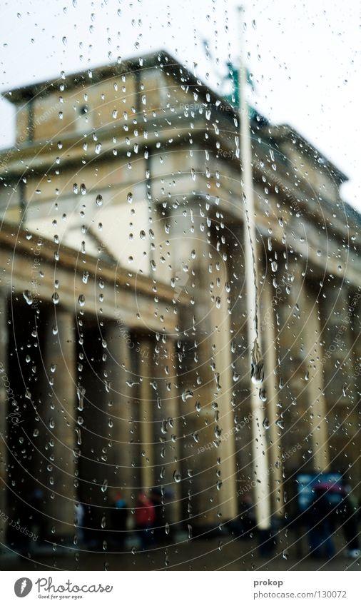Sightseeing - I Brandenburger Tor Attraktion Wahrzeichen schlechtes Wetter Regen fahren Nieselregen feucht kalt nass Berlin Himmel schön Hauptstadt