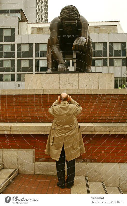 fotografen fotografieren Mann Arbeit & Erwerbstätigkeit braun Kunst Suche Rücken Treppe Fotokamera Konzentration Denkmal England Langeweile London Glatze Skulptur