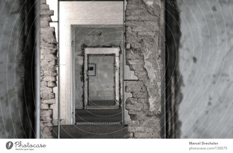 Räume Fabrik schwarz weiß grau Tiefenschärfe Licht Wand Backstein Putz Türrahmen Zarge Mörtel Raum Ruine Demontage historisch Bilderrahmen Motivation Angst