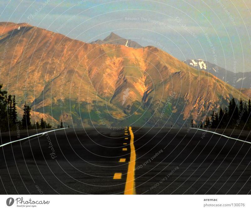 Geradeaus Natur Himmel Ferien & Urlaub & Reisen schwarz gelb Straße Berge u. Gebirge Landschaft Linie Horizont Verkehr leer fahren USA Güterverkehr & Logistik
