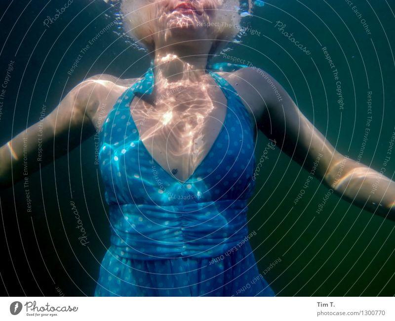 Element Wasser Mensch Junge Frau Jugendliche Brust 1 18-30 Jahre Erwachsene Umwelt See Wellness Mädchen Kleid Unterwasseraufnahme Farbfoto Außenaufnahme Tag