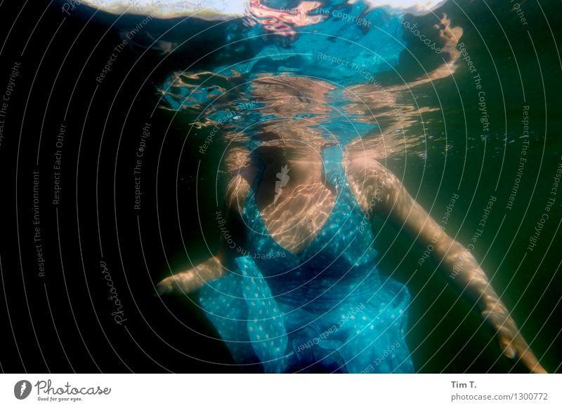 Brandenburg Mensch feminin Frau Erwachsene Leben Körper Frauenbrust 1 18-30 Jahre Jugendliche Wasser See Unterwasseraufnahme Kleid Reflexion & Spiegelung