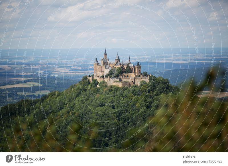 Märchenschloss Umwelt Natur Landschaft Sommer Schönes Wetter Wald Hügel Berge u. Gebirge Burg oder Schloss Sehenswürdigkeit ästhetisch gigantisch historisch