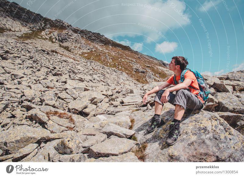 Junge, der auf einem Felsen in den Bergen stillsteht Mensch Natur Ferien & Urlaub & Reisen Jugendliche Sommer Landschaft Junger Mann Freude Berge u. Gebirge