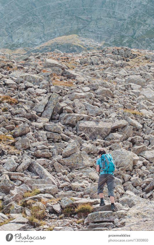 Junge, der in den Bergen wandert Mensch Natur Ferien & Urlaub & Reisen Jugendliche Sommer Freude Berge u. Gebirge Wege & Pfade Freiheit Lifestyle Felsen wandern