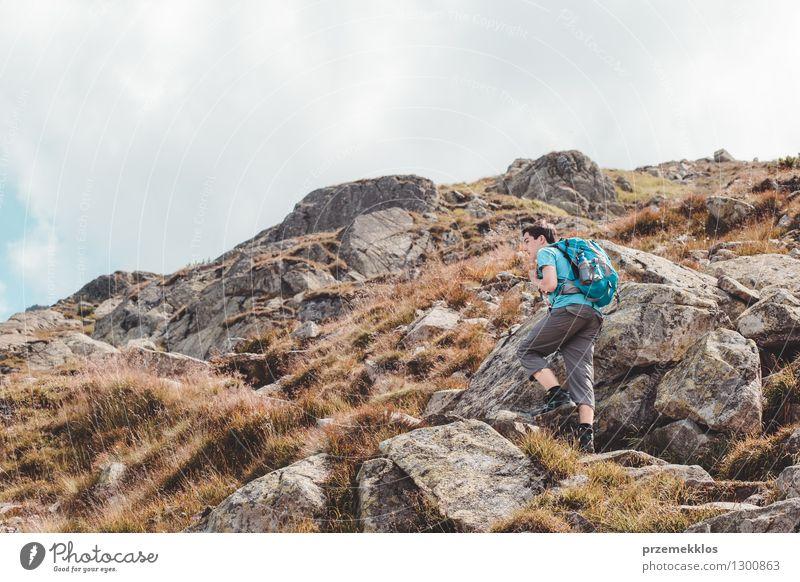 Junge, der in den Bergen wandert Mensch Natur Ferien & Urlaub & Reisen Jugendliche Sommer Landschaft Freude Berge u. Gebirge Wege & Pfade Freiheit Lifestyle